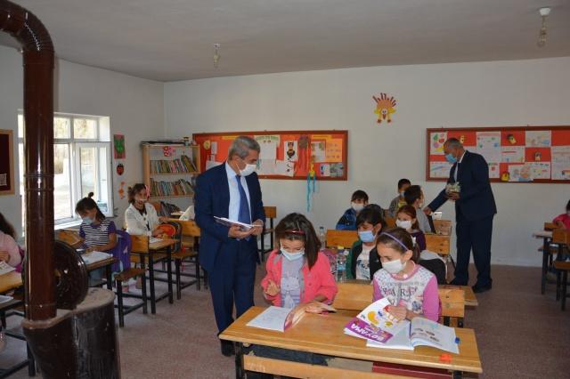Alaca'daki tüm okulları ziyaret etti