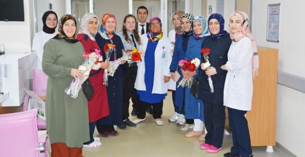 AK Partili kadınlardan hemşirelere çiçek