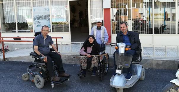 Yaşlı kadına tekerlekli sandalye