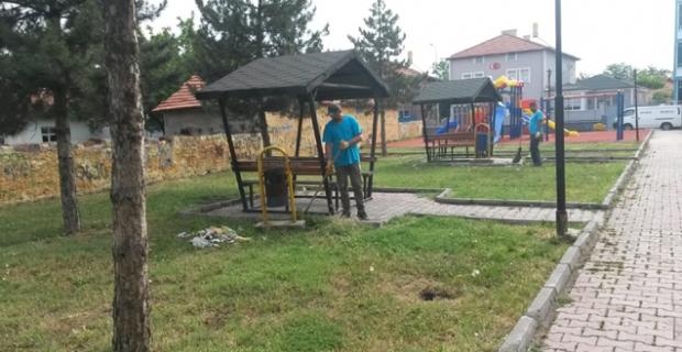 Parklarda temizlik çalışması sürüyor