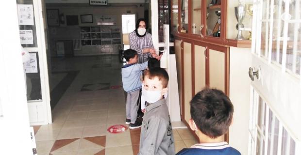 Belediye, okullara dezenfektan dağıttı