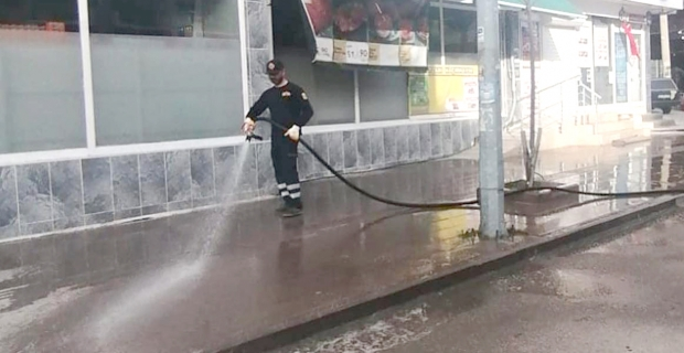 Cadde ve sokaklar yıkandı