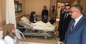 Öğrencileri hastanede ziyaret etti