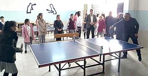 Öğrencilerle masa tenisi oynadı