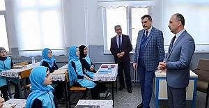Alaca'daki okulları ziyaret etti