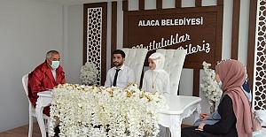 Yeni nikah salonunda genç çiftlerin nikahı kıyıldı